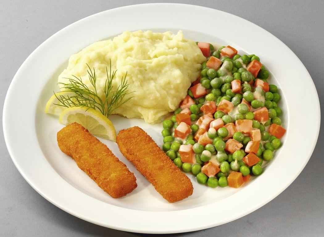 Panierte Fischstäbchen mit Erbsen und Möhren in Soße, dazu Kartoffelpüree
