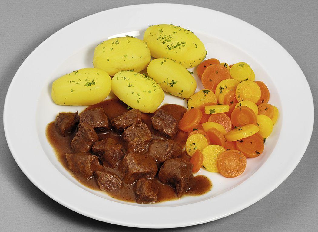 Rindergulasch  mit buntem Möhrengemüse und Salzkartoffeln