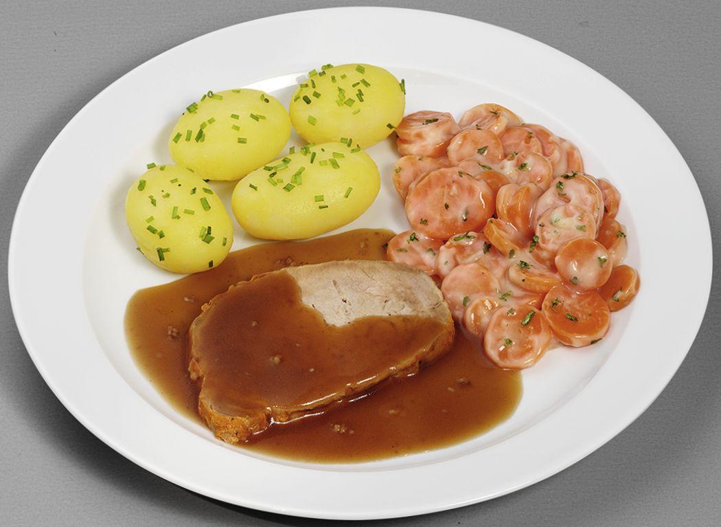 Schweinebraten in herzhafter Soße, dazu Möhren in Schlemmersoße und Schnittlauch-Kartoffeln