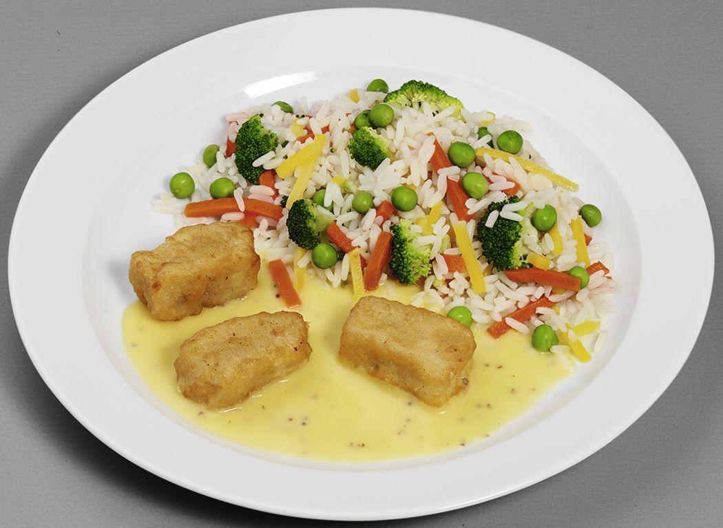 Gebackene Filetstücke vom Alaska-Seelachs in Senfsoße mit buntem Gemüsereis