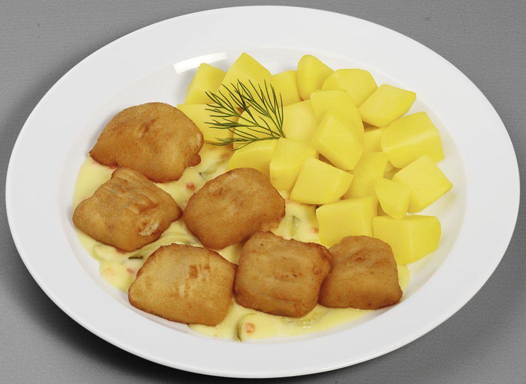 Panierte Alaska-Seelachshappen, dazu Kartoffelwürfel mit würzigem Dipp