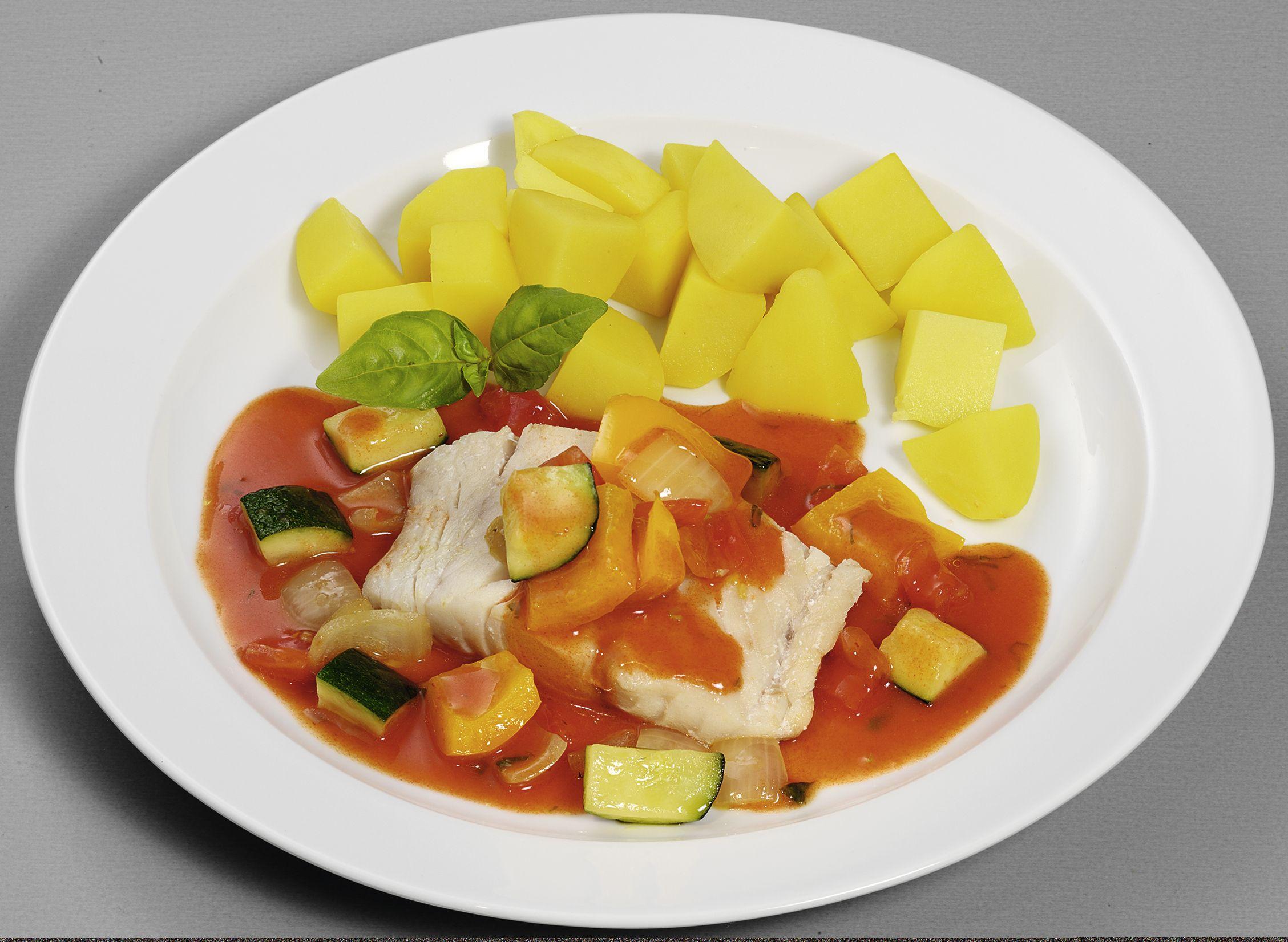 Seelachsfilet in einer mediterranen Tomatensoße mit Grill-Gemüse, dazu Kartoffelwürfel