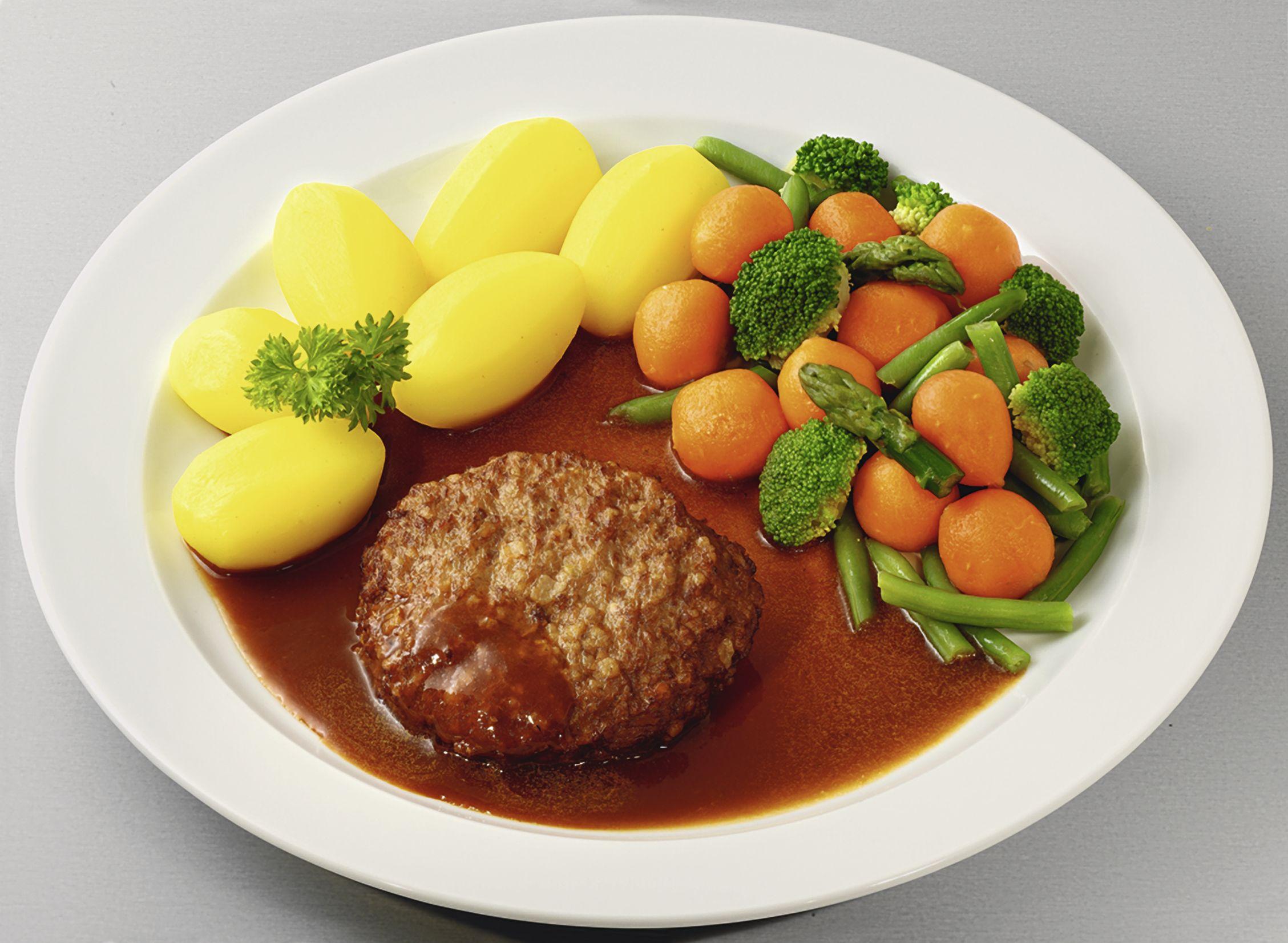Deutsches Beefsteak  in kräftiger Soße mit Gärtnerinnen-Gemüse und Salzkartoffeln