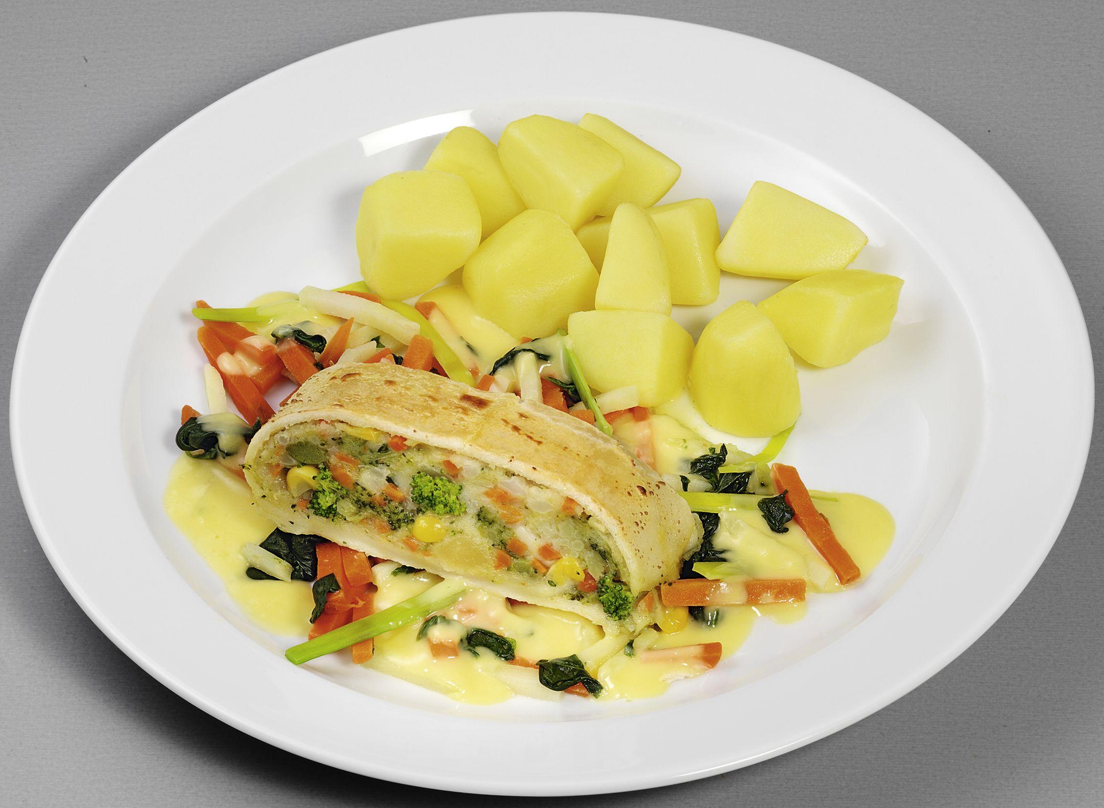 Gefüllter, vegetarischer Strudel auf Gemüsebett, dazu Kartoffelwürfel und Soße à la Hollandaise