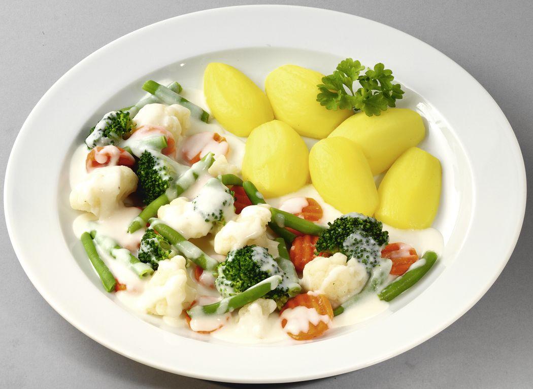 Feines Gemüseragout in Sauerrahmsoße mit Salzkartoffeln