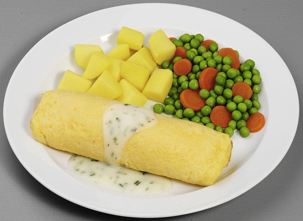 Eieromlette in Sauerrahm-Kräutersoße mit Erbsen und Möhren, dazu Kartoffelwürfel