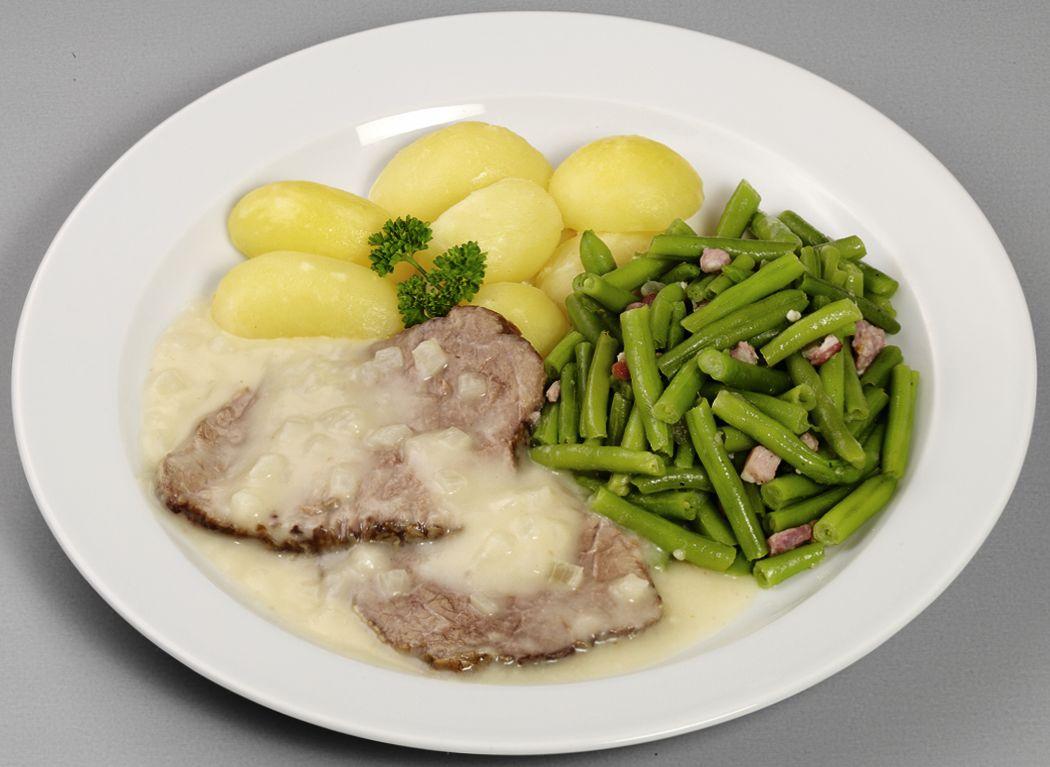 """""""Westfälisches Zwiebelfleisch"""" Zartes Rindfleisch  in einer klassisch-westfälischen Zwiebelsoße, dazu grüne Bohnen und Salzkartoffeln"""
