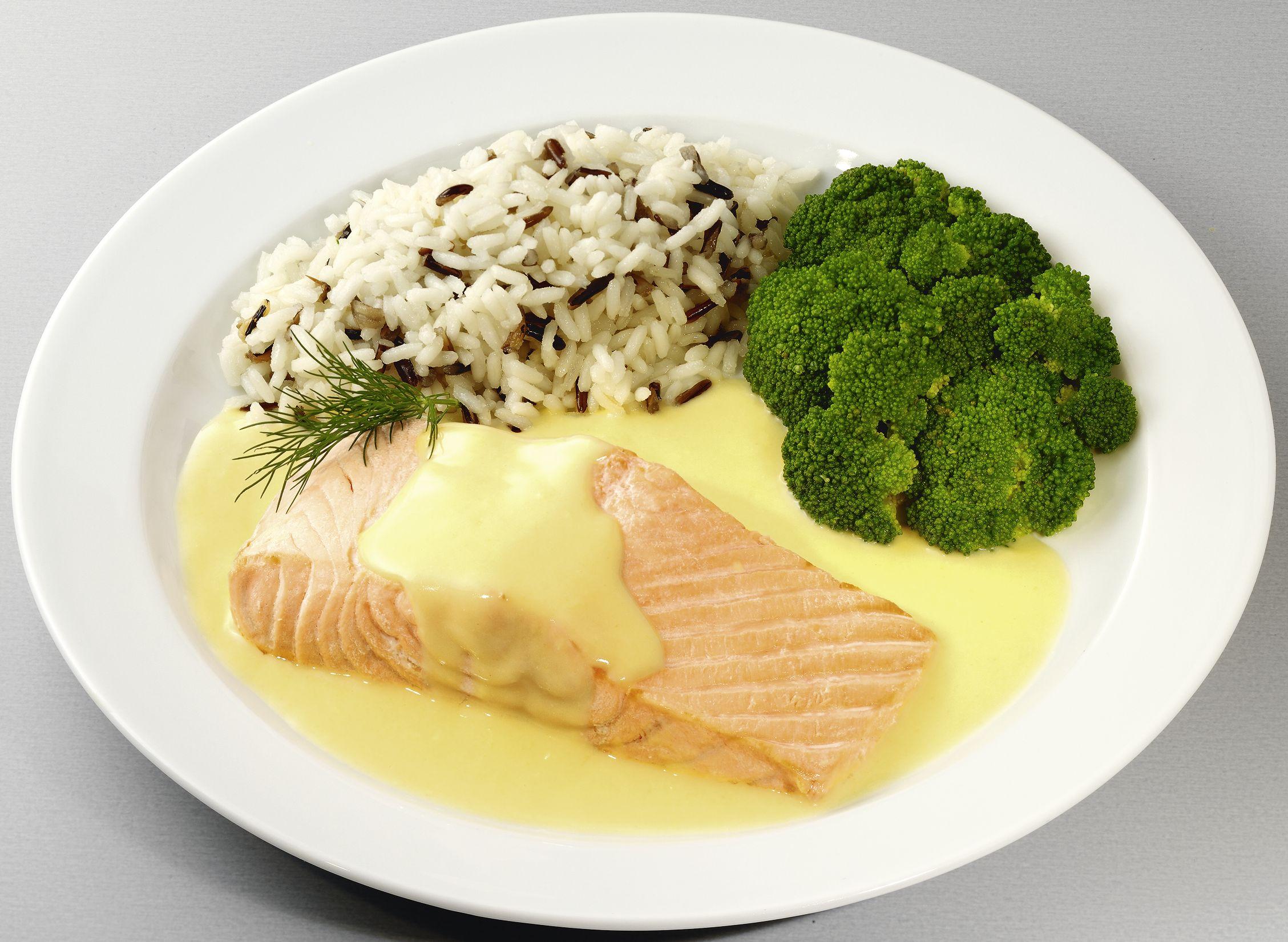 Lachsfilet in feiner Buttersoße  mit Brokkoli und einer Reis-Wildreiskombination