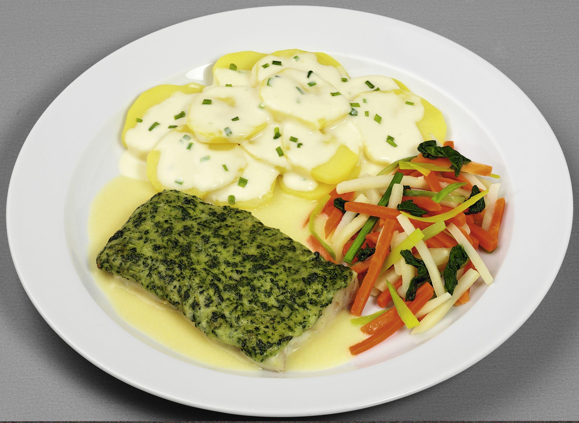 """Schlemmerfilet """"Florentin""""  vom Alaska-Seelachs (aus Filetblöcken portioniert) mit einer Spinat-Käse-Auflage, dazu bunte Gemüsemischung und Rahmkartoffeln"""