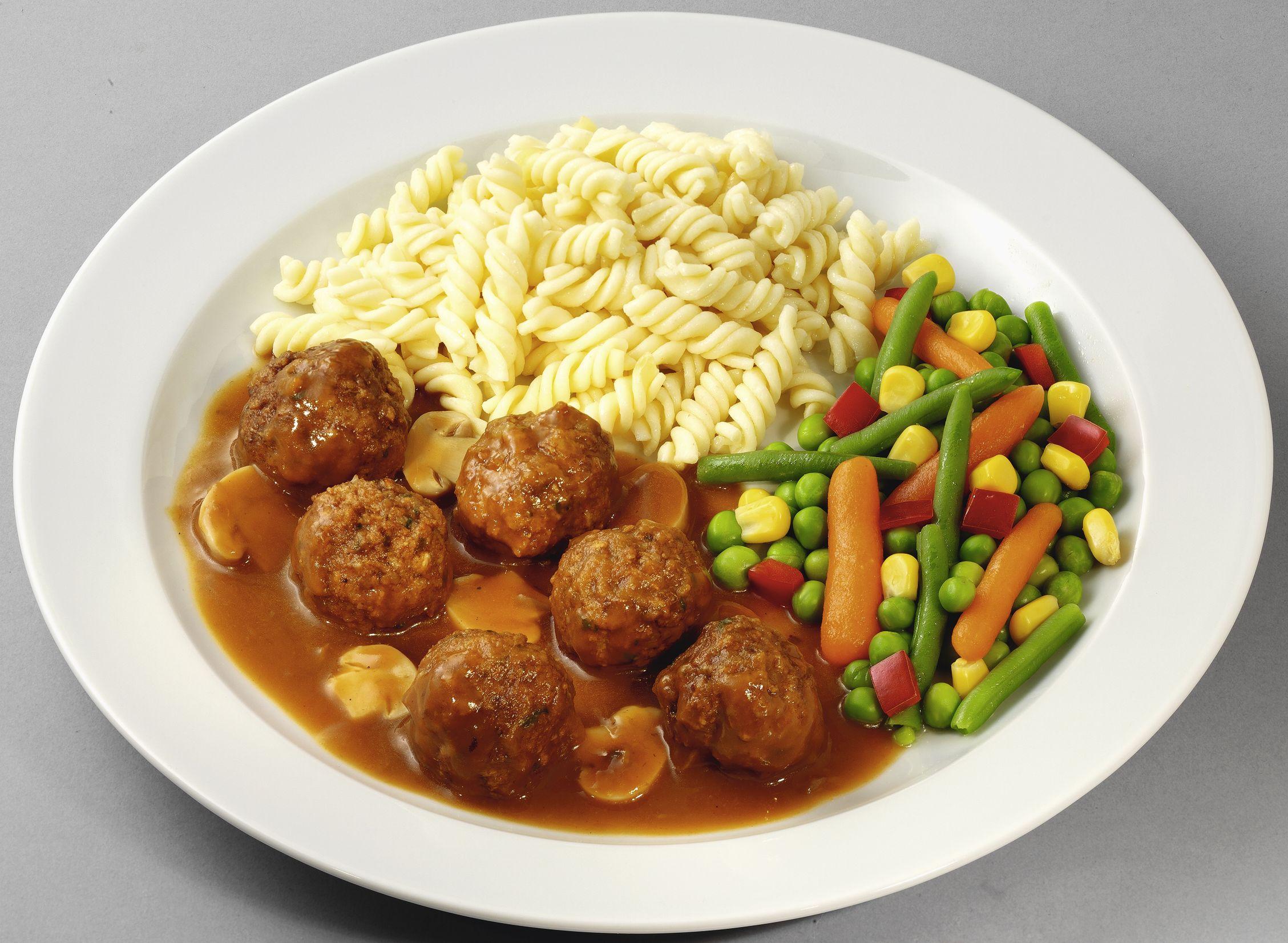 Fleischklößchen  vom Rind und Schwein in einer Soße mit fein geschnittenen Champignons, dazu buntes Gemüse und Spiralnudeln