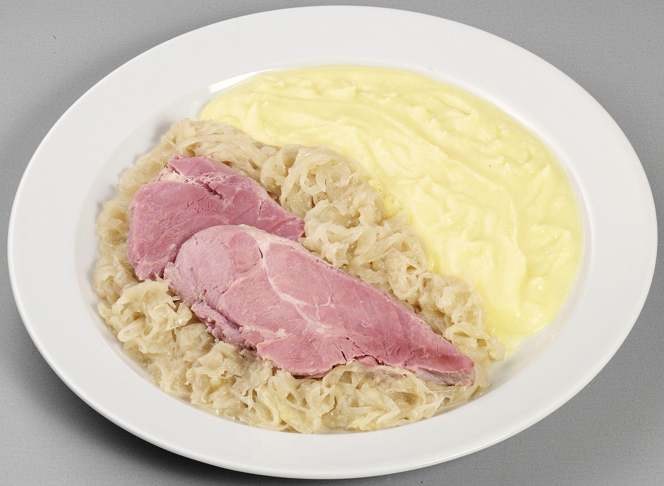 Deftiges Eisbeinfleisch  auf herzhaftem Sauerkraut, dazu Kartoffelpüree