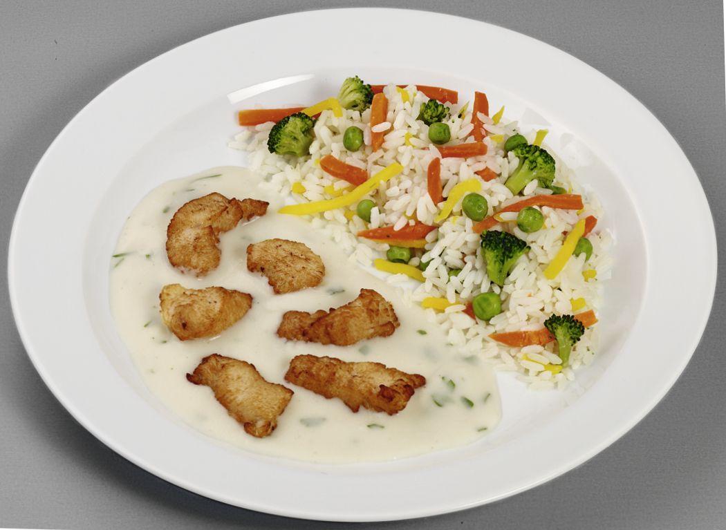 Hähnchenfilets in feiner Sauerrahm-Kräutersoße, dazu Gemüse-Reis