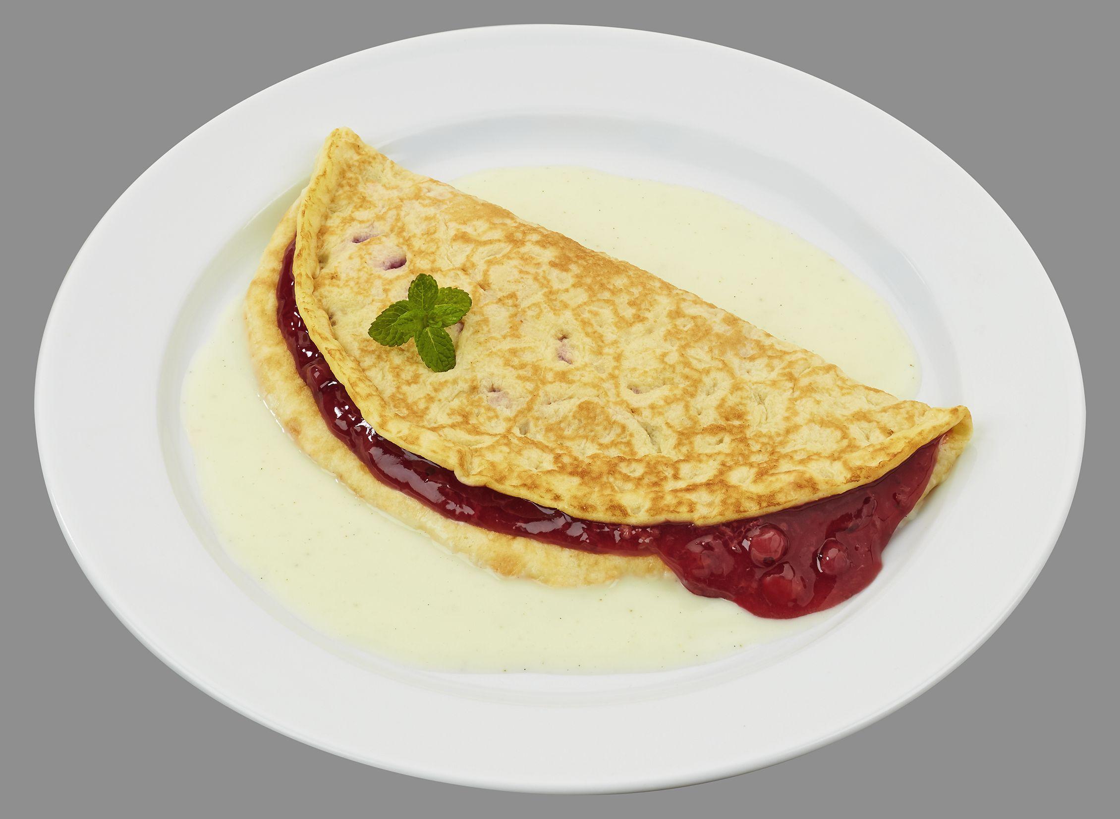 Goldgelb gebackener Pfannkuchen gefüllt mit roter Grütze, dazu Joghurtsoße