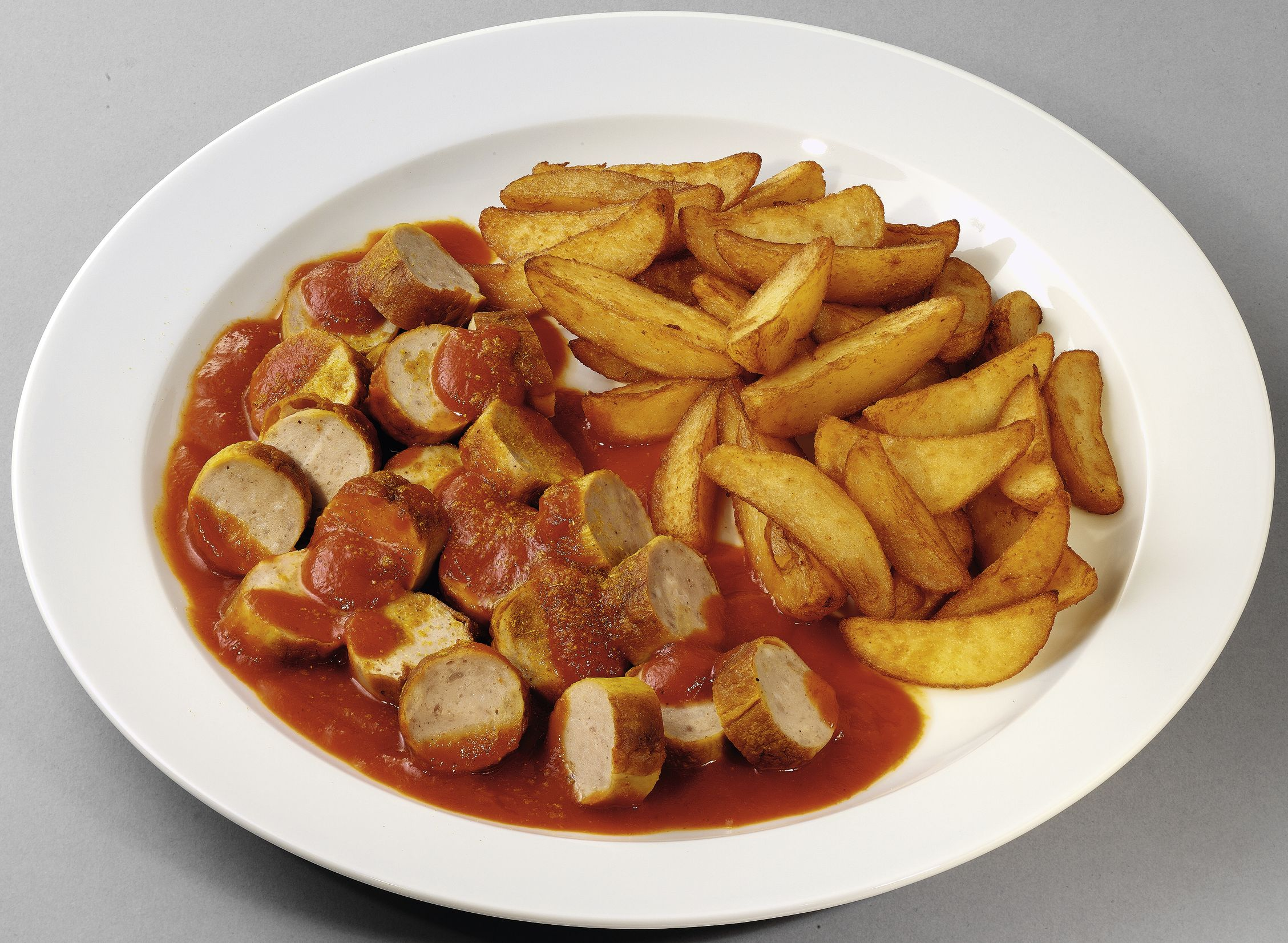 Currywurst vom Schwein  mit Kartoffelspalten