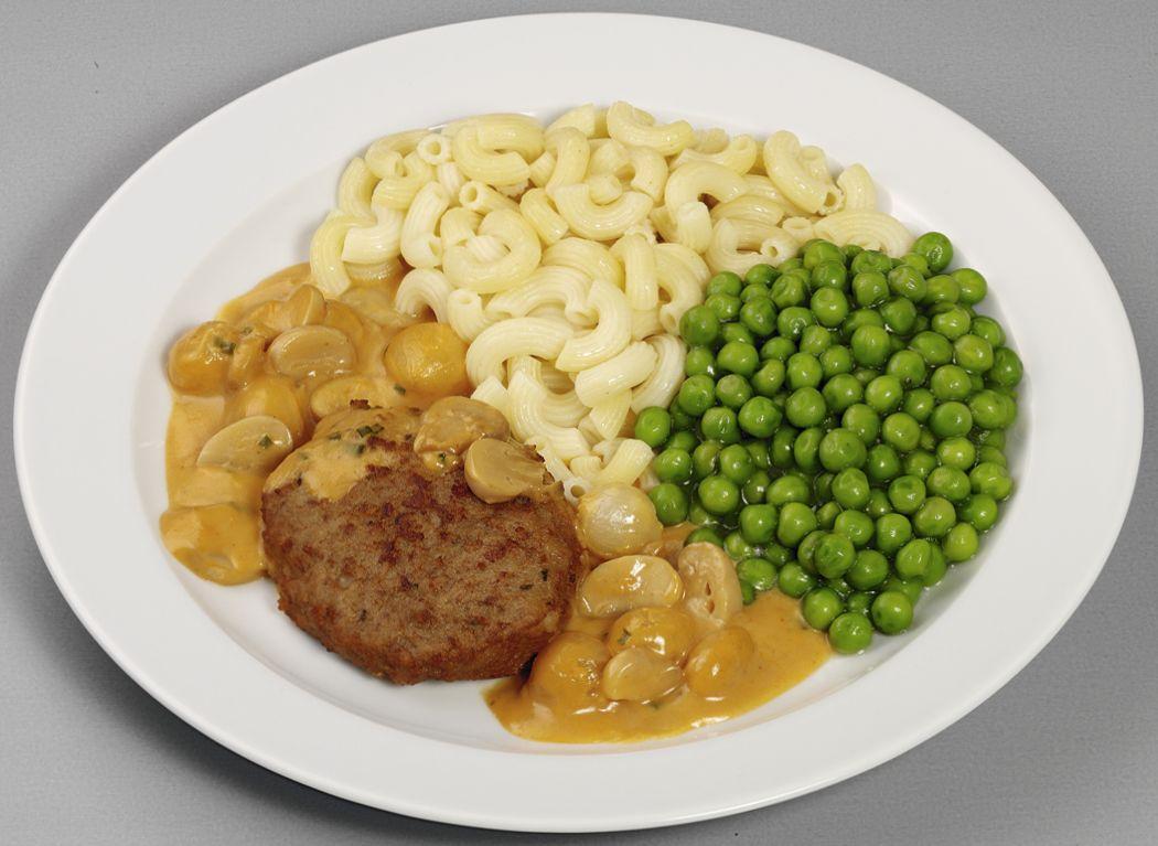 """Frikadelle """"Gutsherren Art"""" vom Rind und Schwein  in cremiger Weißweinsoße mit Champignons, dazu Erbsen und Hörnchennudeln"""