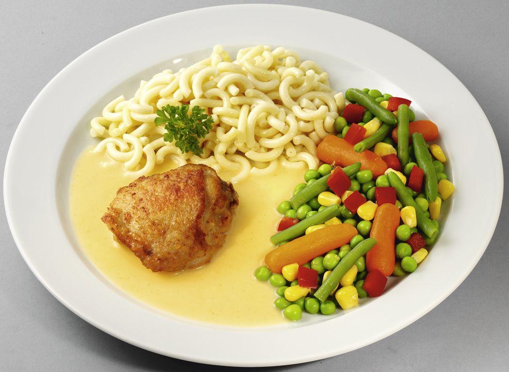 """Hähnchenoberkeule in feiner Soße mit buntem Gemüse """"naturell"""" und Gabelspaghetti"""
