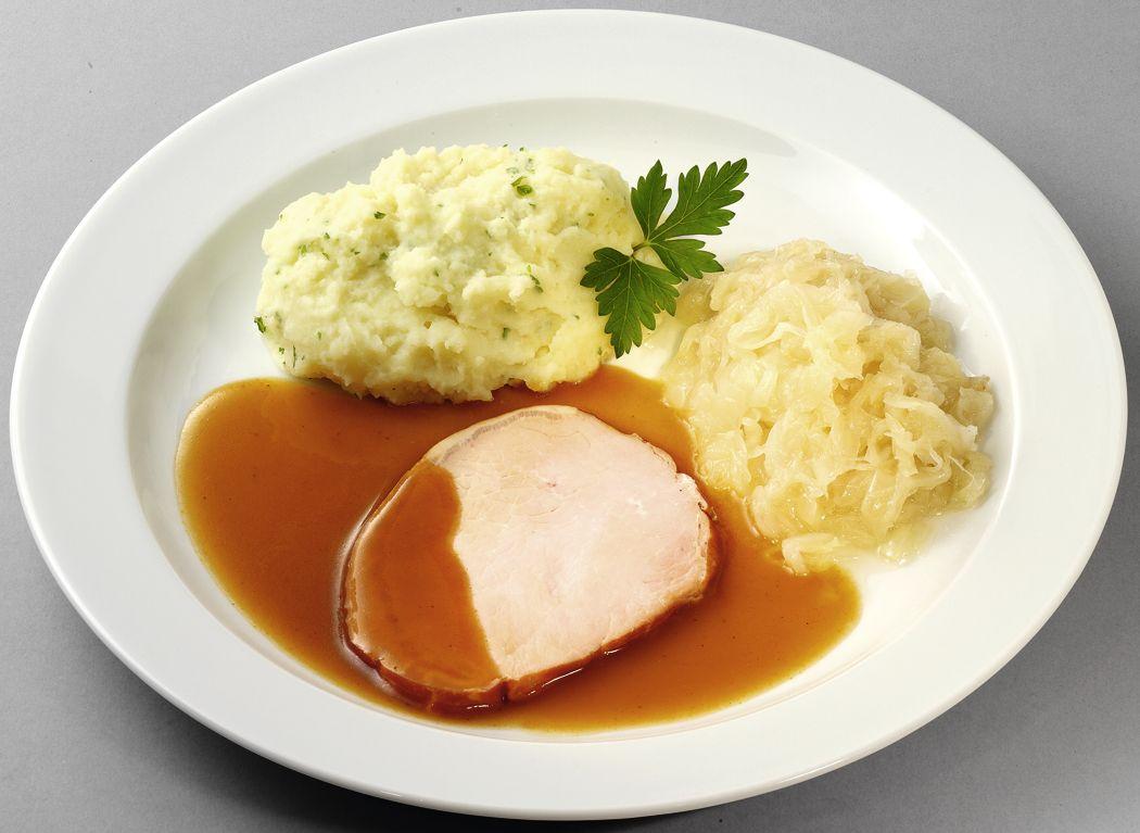 Saftiges Kasseler in Bratensoße mit Sauerkraut und Stampfkartoffeln