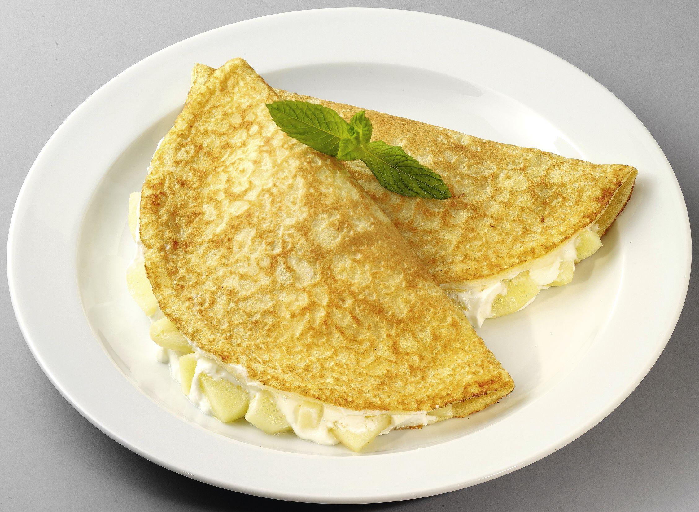 Goldgelb gebackener Eierpfannkuchen mit Apfel-Quark-Füllung (mit Süßungsmitteln)