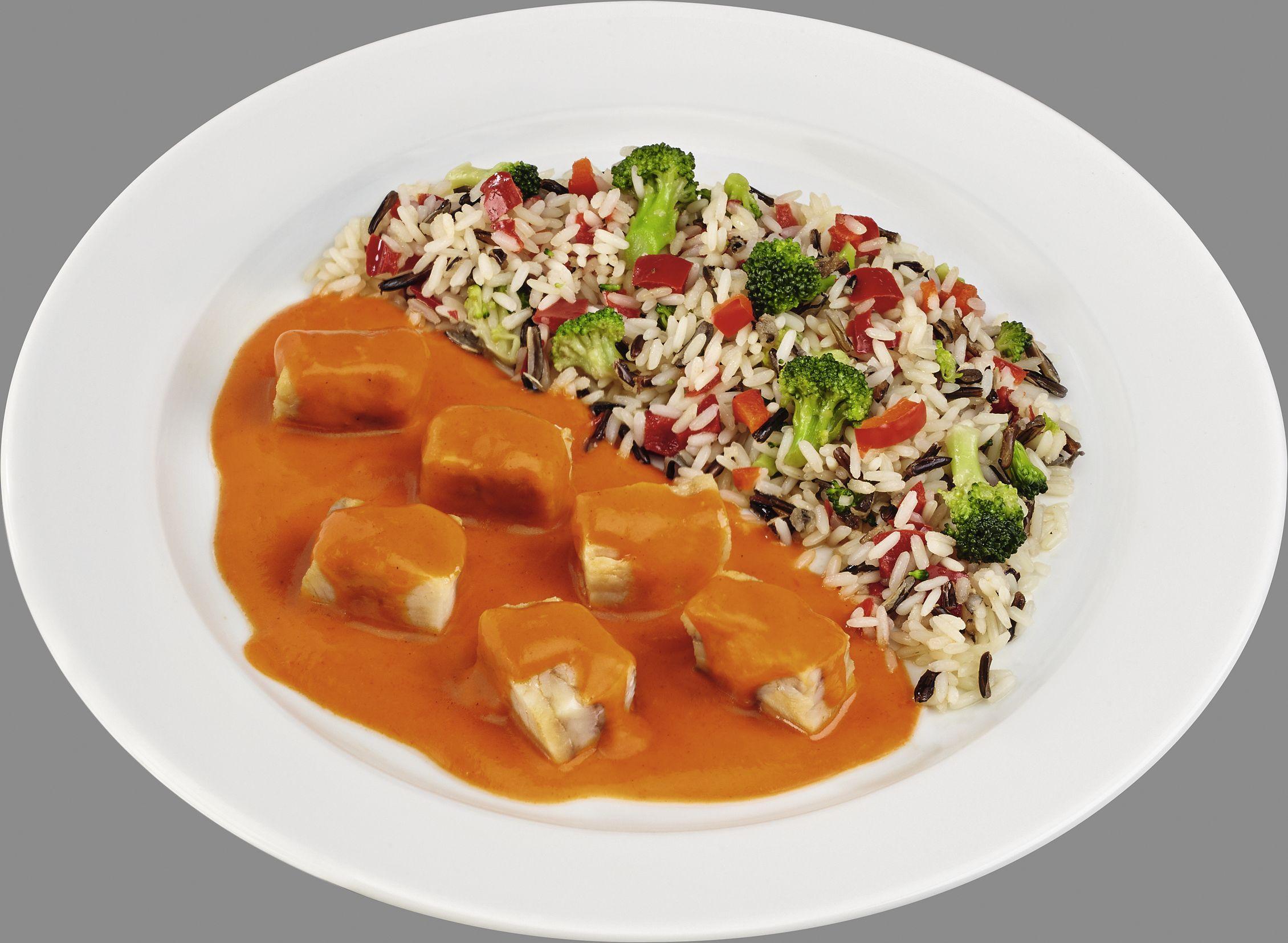Alaska-Seelachs in roter Paprika-Rahmsoße mit Reis-Wildreis-Kombination mit Gemüse