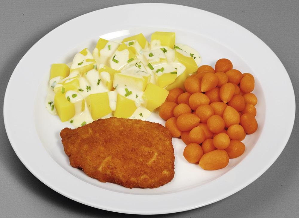Paniertes Schweineschnitzel  mit Pariser Karotten, dazu Kartoffelwürfel in Kräuter-Rahmsoße