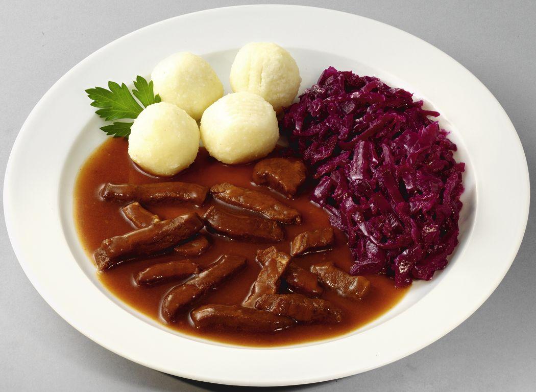 Zartes Rindergeschnetzeltes mit Rotkohl und Kartoffelklößen