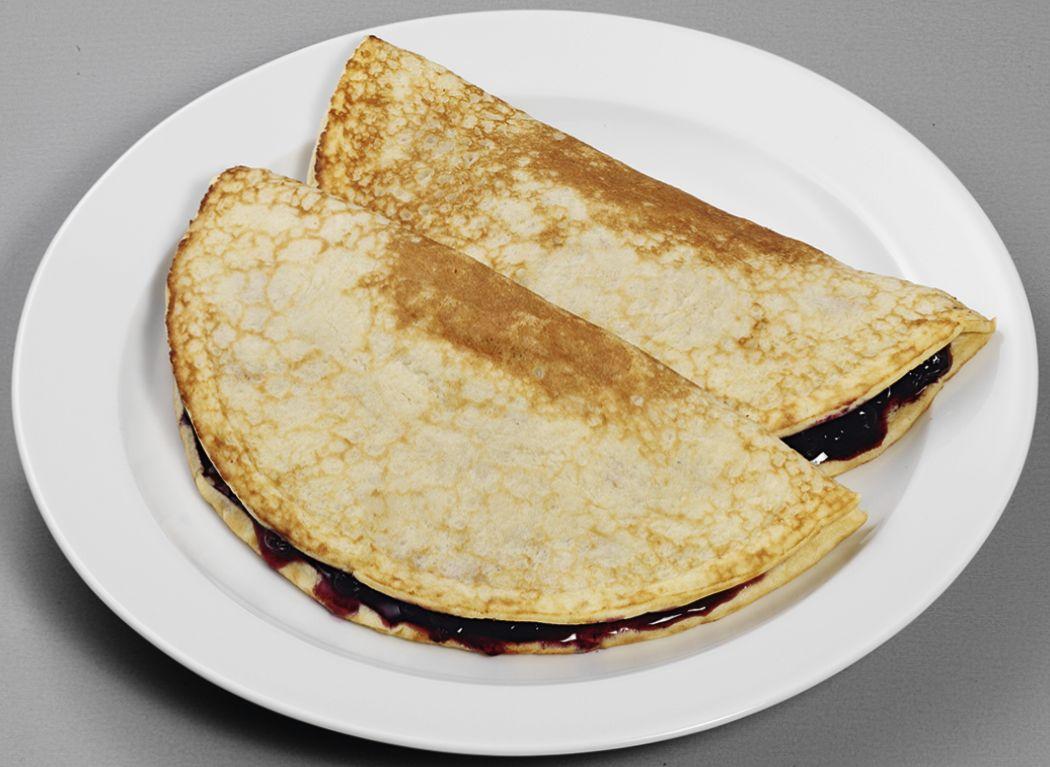Zwei Pfannkuchen gefüllt mit Blaubeer-Kompott