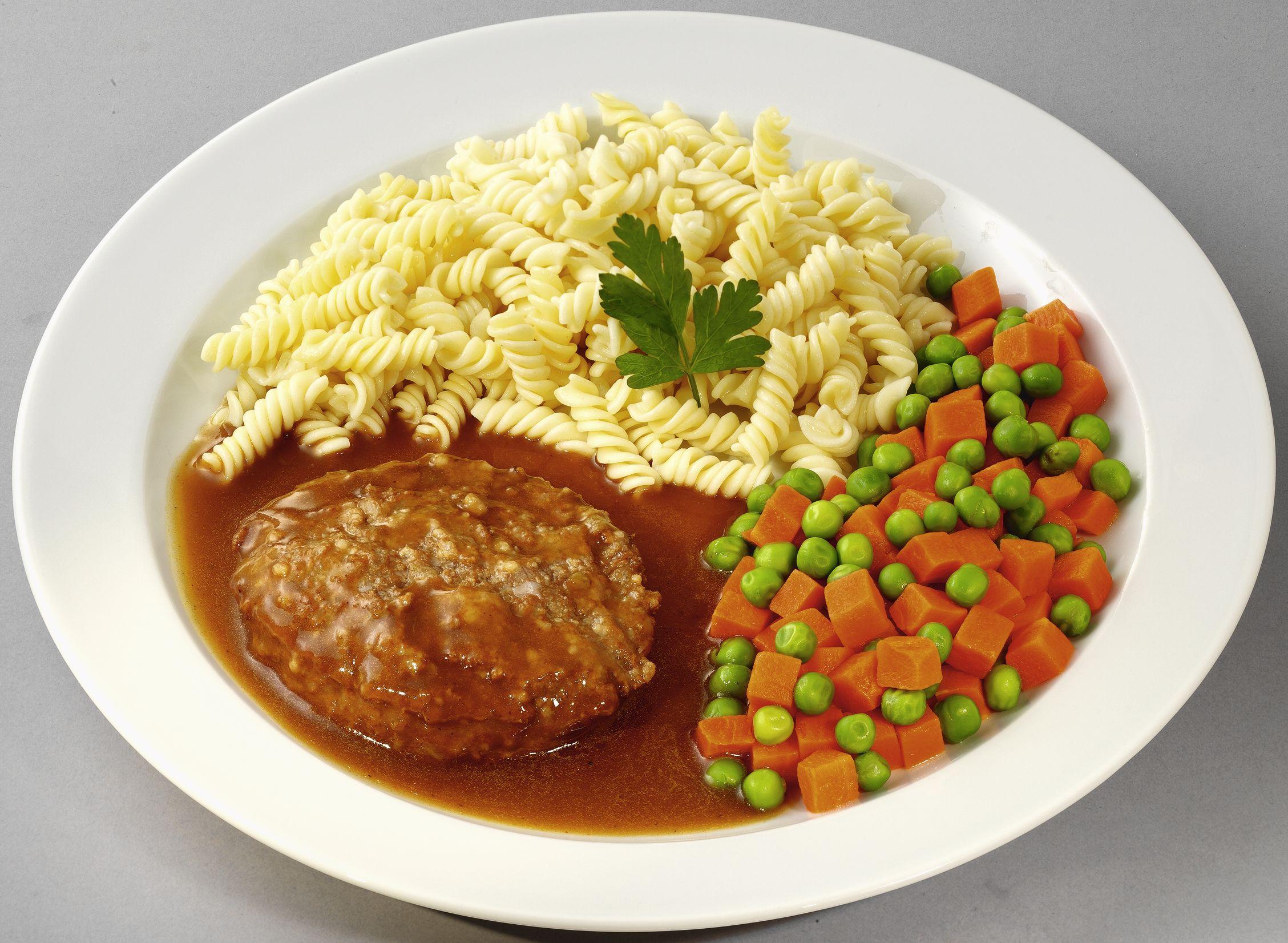 Deutsches Beefsteak  mit Erbsen und Möhren, dazu Spiralnudeln