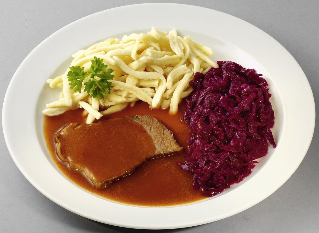 Sauerbraten vom Rind, in herzhafter Soße mit Rotkohl und Spätzle