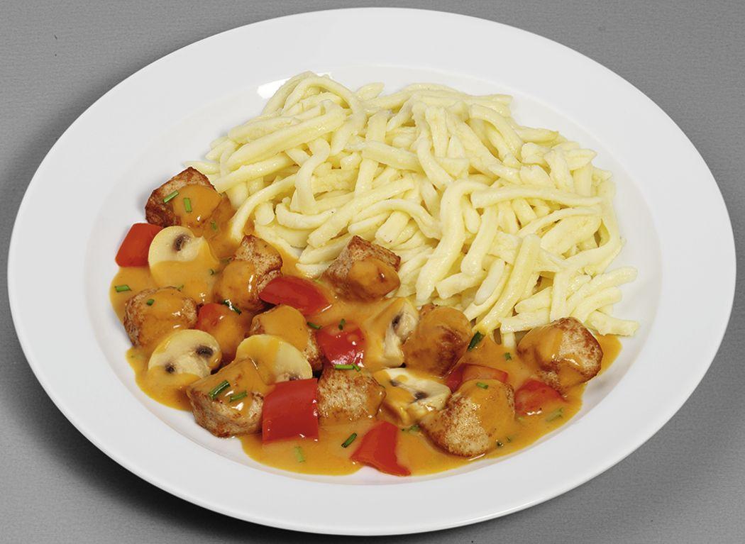 Bunte Geflügelpfanne  mit Paprika und Champignons, dazu Spätzle
